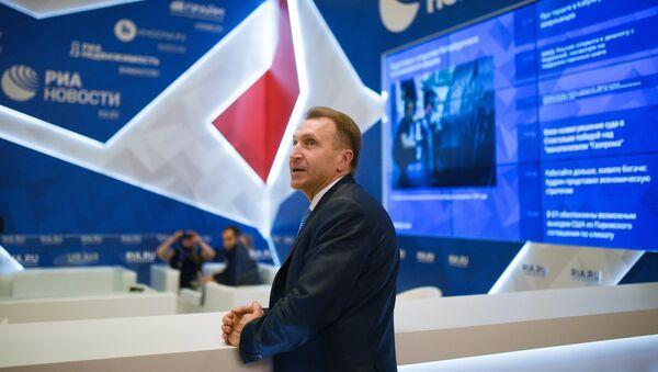 Заместитель председателя правительства РФ Игорь Шувалов у стенда МИА Россия сегодня накануне открытия Санкт-Петербургского международного экономического форума 2017. 31 мая 2017