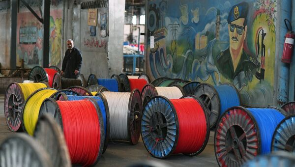 Рабочий в цехе государственного завода по изготовлению электрических кабелей в южном пригороде Дамаска