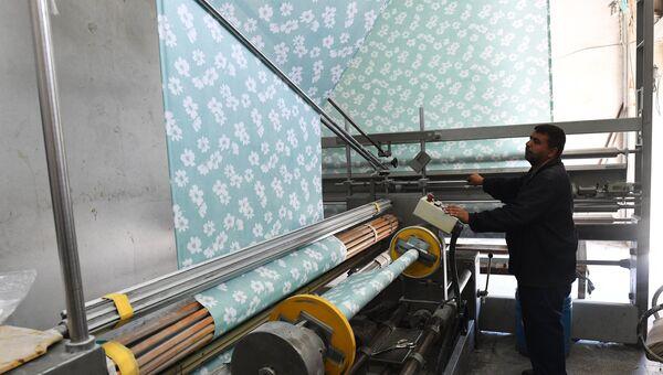 Рабочий в цехе государственного завода по изготовлению текстиля в южном пригороде Дамаска