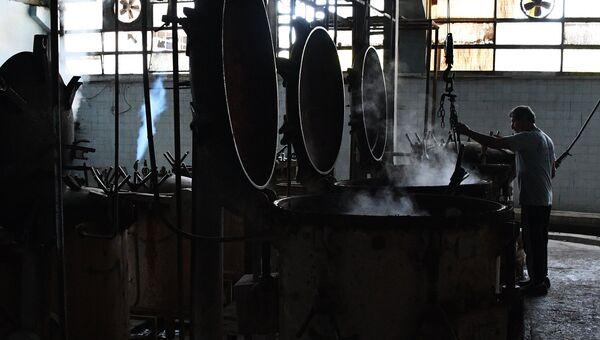 Рабочий в цехе завода по изготовлению консервов в Дамаске
