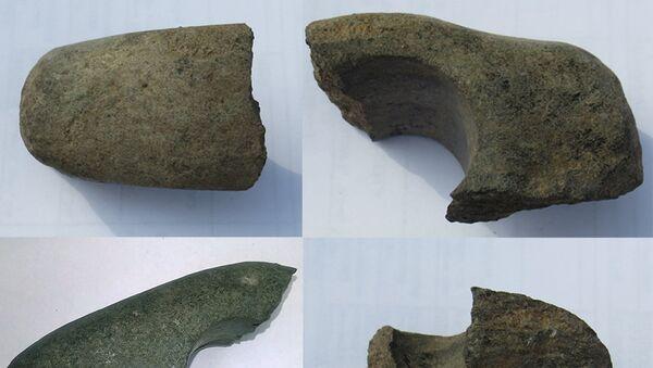 Фрагменты каменного топора бронзового века, найденого в западной части парка «Зараядье»