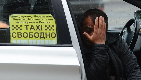 Водитель такси в Москве. Архивное фото