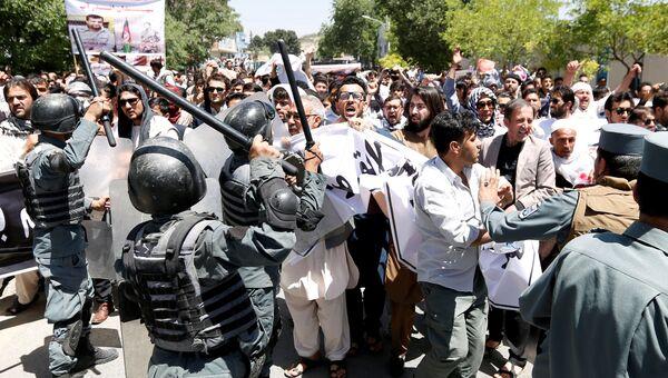 Афганские полицейские во время столкновения с демонстрантами в Кабуле, Афганистан 2 июня 2017