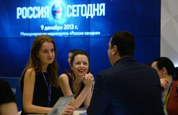 Участники форума на стенде РИА Новости на Санкт-Петербургском международном экономическом форуме 2017