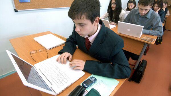 Школьники работают с ноутбуками в классе. Архивное фото