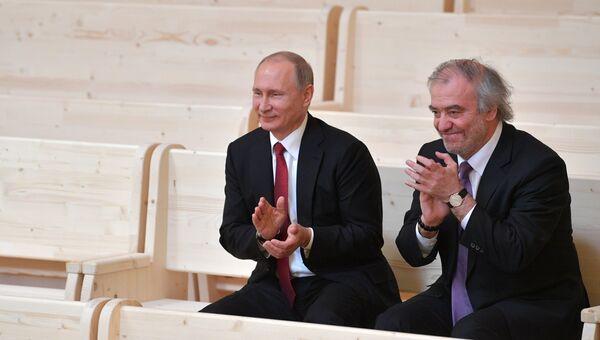 Владимир Путин во время посещения нового концертного зала Мариинского театра в Репино. 3 июня 2017
