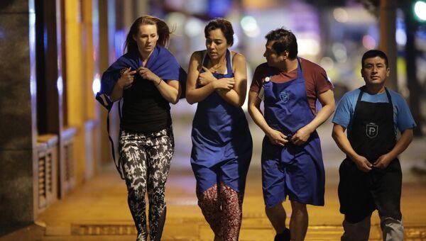 Лондонцы покидают зону полицейского оцепления на месте терракта. 3 июня 2017