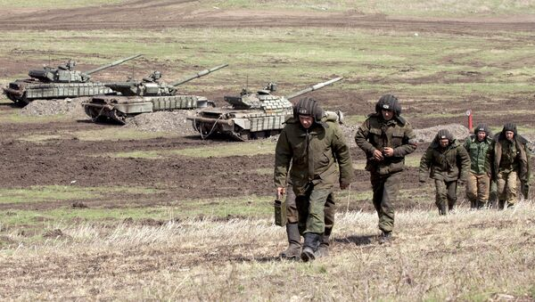 Бойцы Народной милиции Луганской народной республики во время тактических учений в Луганской области