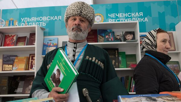 Участники на книжном фестивале Красная площадь в Москве