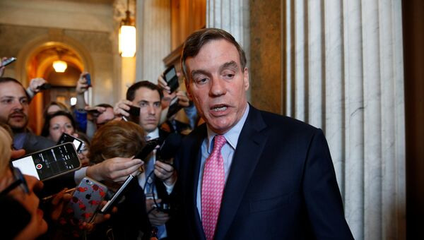 Сенатор Марк Уорнер после совещания демократической партии в здании Конгресса США
