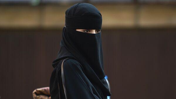 Мусульманская женщина в Центральной мечети Лондона
