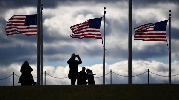 Туристы возле монумента Вашингтона в Вашингтоне (округ Колумбия). Архивное фото
