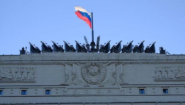 Флаг на здании министерства обороны РФ на Фрунзенской набережной в Москве. Архивное фото
