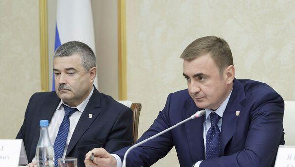Губернатор Тульской области Алексей Дюмин (справа)