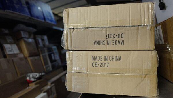 Коробка с товарами, сделанными в Китае, в службе доставки UPS