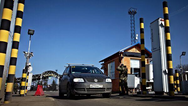 Автомобиль на пропускном пункте Гоптовка на границе России и Украины. Архивное фото