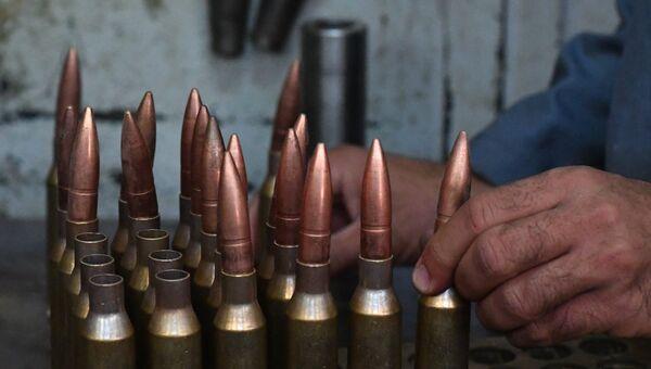 Рабочие в одном из цехов военного завода по изготовлению патронов. Архивное  фото 13d29f97938