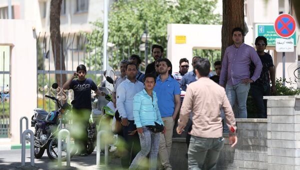 Люди у здания парламента в Тегеране. 7 июня 2017