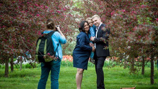 Семья в яблоневом саду. Архивное фото