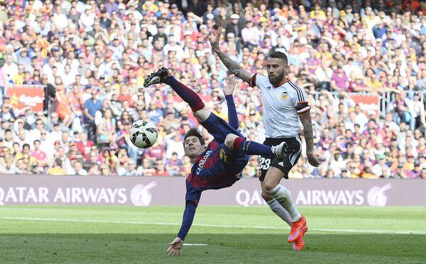 Футболисты Лионель Месси и Николас Отаменди во время матча между Барселоной и Валенсией