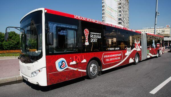 Автобус, оборудованный валидатором для оплаты проезда банковскими картами и мобильными устройствами, на улице в Санкт-Петербурге. Архивное фото
