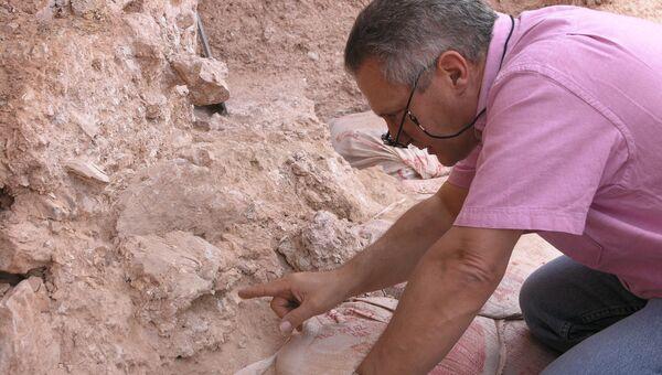 Жан-Жак Ублин в момент открытия одного из черепов древнейших кроманьонцев Земли