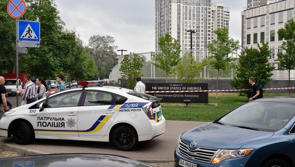 Сотрудник полиции Украины у посольства США в Киеве. 8 июня 2017