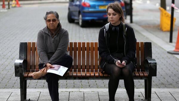 Женщины ждут голосования на избирательном участке в Лондоне во время досрочных парламентских выборов, Великобритания. 8 июня 2017