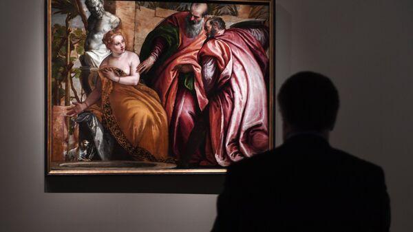 Посетитель на выставке Венеция Ренессанса. Тициан, Тинторетто, Веронезе. Картины из собраний Италии и России
