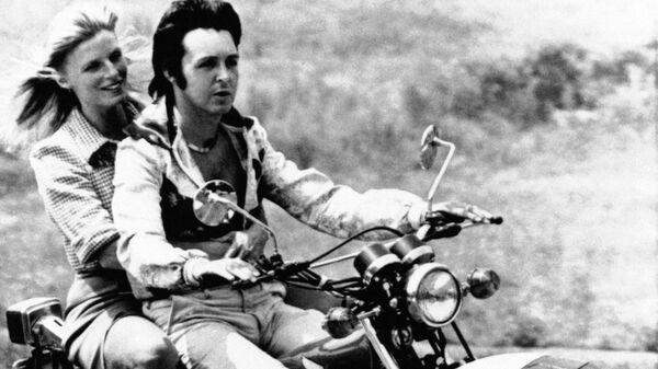 Пол и Линда Маккартни на мотоцикле. 1974 год