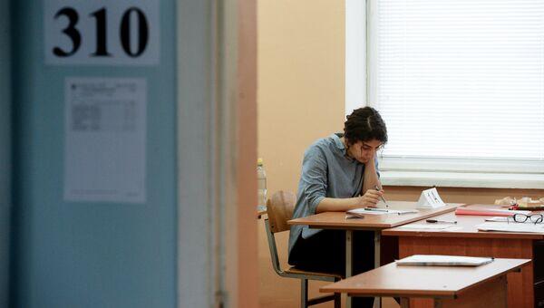Ученица в классе перед началом единого государственного экзамена по математике. Архивное фото