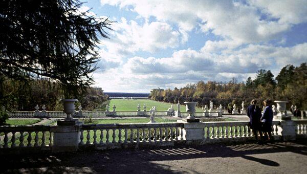 Вид на террасы и партер музея-усадьбы Архангельское. Архивное фото