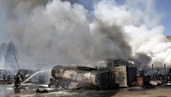 Пожарные МЧС РФ тушат возгорание на складе с горюче-смазочными материалами в Ярославле. 9 июня 2014