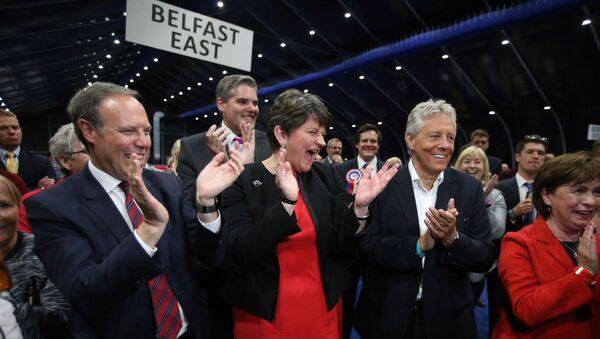 Глава Североирландской демократической юнионистской партии DUP Арлен Фостер во время подведения итогов парламентских выборов в Белфасте