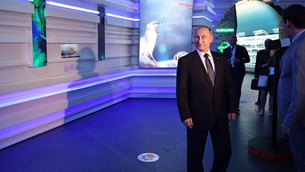 9 июня 2017. Президент РФ Владимир Путин осматривает павильон РФ на международной специализированной выставке Астана ЭКСПО 2017. Архивное фото