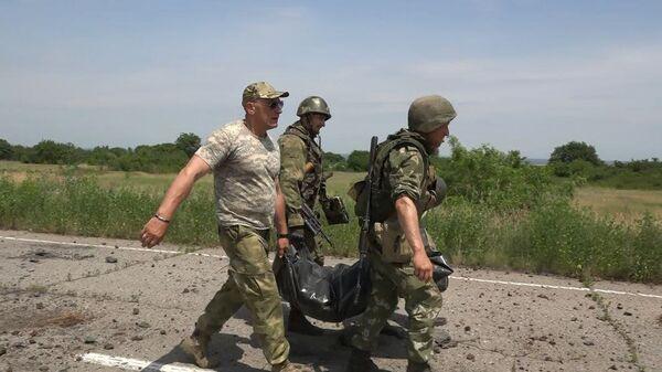 Эвакуация тела военнослужащего ВСУ из серой зоны в районе населенного пункта Желобок