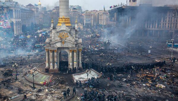 Сотрудники правоохранительных органов и сторонники оппозиции на площади Независимости в Киеве