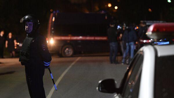Сотрудник дорожно-патрульной службы дежурит на одной из улиц поселка Кратово