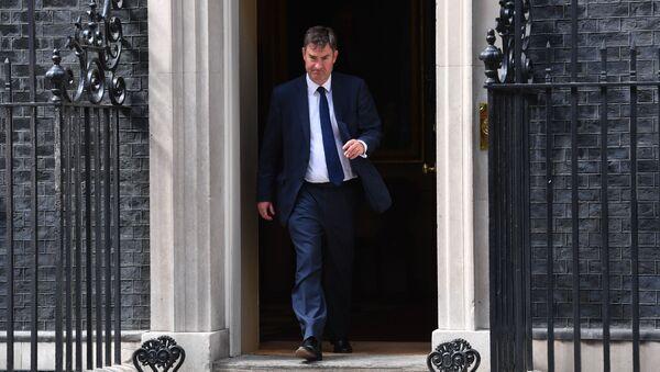 Политик британской консервативной партии Дэвид Гоук покидает Даунинг-стрит в центре Лондона. 11 июня 2017