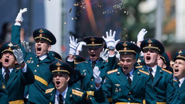 Курсанты Омского автобронетанкового инженерного института на Соборной площади во время выпускного, приуроченного к празднованию Дня России. 12 июня 2017