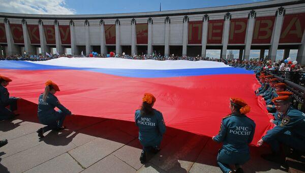 Курсанты МЧС России разворачивают флаг РФ в честь Дня России на Поклонной горе в Москве. 12 июня 2017