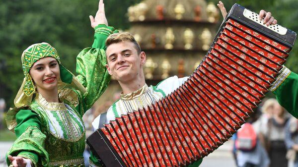 Участники в национальных костюмах встречают гостей на празднике русского гостеприимства СамоварФест в саду Эрмитаж. 12 июня 2017