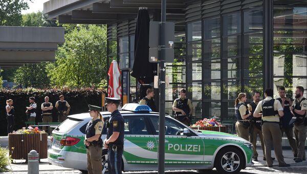 Офицеры полиции близ ж/д станции Унтерфёринг под Мюнхеном, где произошла стрельба. 13 июня 2017
