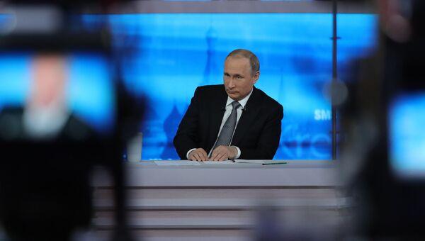 Президент России Владимир Путин отвечает на вопросы россиян во время ежегодной специальной программы Прямая линия с Владимиром Путиным. Архивное фото