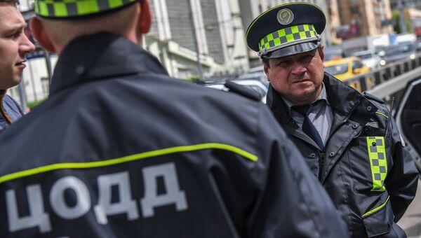 Сотрудники дорожной службы ЦОДД во время патрулирования в Москве