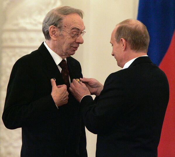 Артист кино, кинорежиссер Алексей Баталов и президент России Владимир Путин на церемонии вручения Государственных премий в Кремле