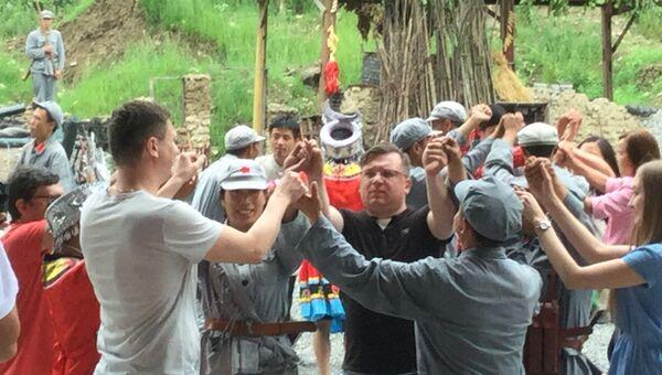 Россияне на представлении по теме Красных маршрутов в районе китайского города Цзуньи. Архивное фото