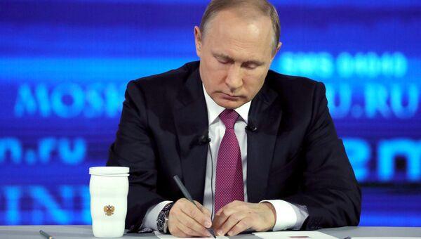 Президент РФ Владимир Путин во время ежегодной Прямой линии. Архивное фото