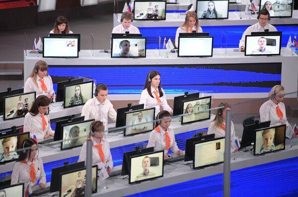 Операторы в студии московского Гостиного двора во время ежегодной специальной программы Прямая линия с Владимиром Путиным. 15 июня 2017