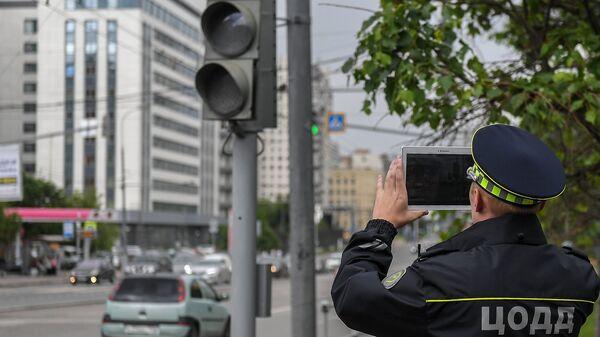 Сотрудник дорожной службы ЦОДД во время патрулирования в Москве
